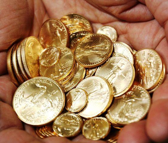 """Γιατί """"ξεφορτώνονται"""" άρον-άρον χρυσές λίρες τα ελληνικά νοικοκυριά;"""